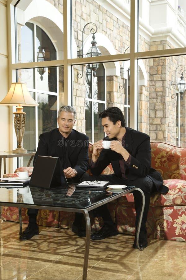Hombres de negocios asiáticos y caucásicos. fotografía de archivo