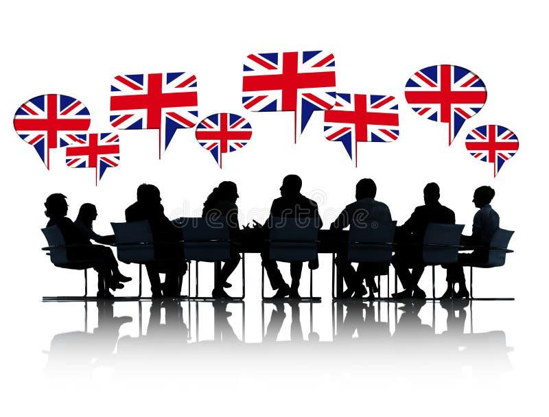 Hombres de negocios británicos de las siluetas que hablan foto de archivo