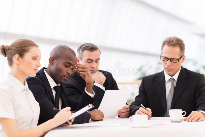 Hombres de negocios cansados. fotos de archivo