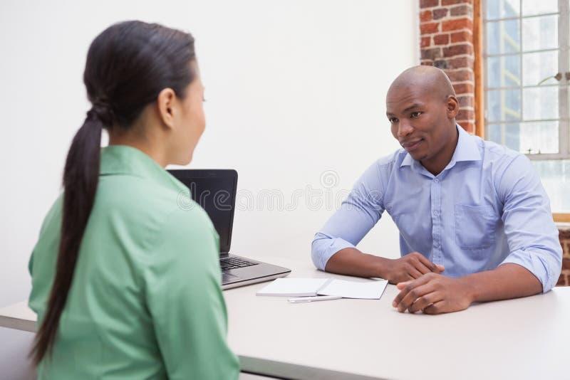 Hombres de negocios casuales que hablan en el escritorio fotografía de archivo libre de regalías