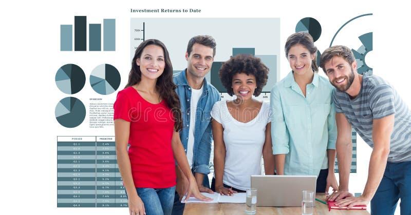 Hombres de negocios casuales que sonríen contra gráficos fotos de archivo