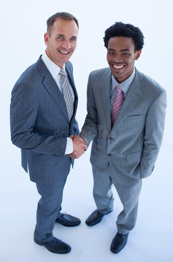 Hombres de negocios caucásicos y afroamericanos foto de archivo