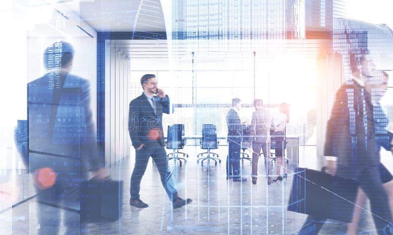 Hombres de negocios cerca de la sala de reunión, ciudad foto de archivo