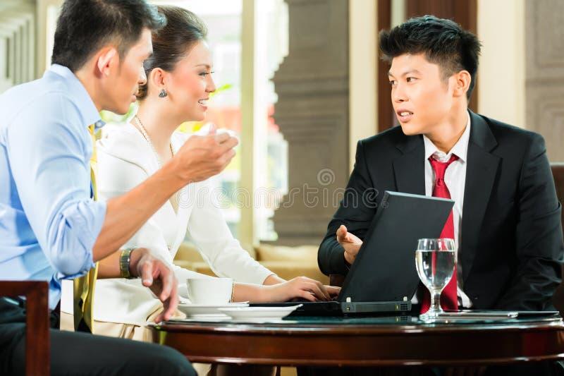 Hombres de negocios chinos de t de la reunión de presentación fotografía de archivo libre de regalías