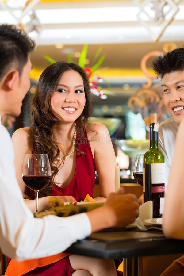 Hombres de negocios chinos que cenan en restaurante elegante foto de archivo libre de regalías