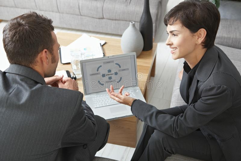 Hombres de negocios con la computadora portátil fotos de archivo libres de regalías