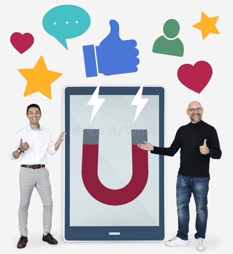 Hombres de negocios con medias ideas sociales del márketing fotos de archivo libres de regalías