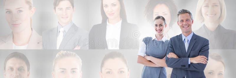 Hombres de negocios con perfiles del retrato de diversa gente en fondo fotos de archivo
