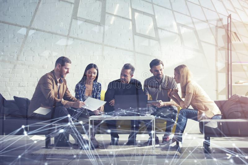 Hombres de negocios conectados en Internet con un ordenador portátil Concepto de compañía de lanzamiento Exposición doble foto de archivo