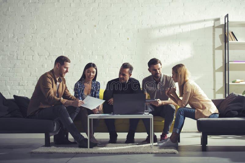 Hombres de negocios conectados en Internet con un ordenador portátil en para relajar el sitio Concepto de compañía de lanzamiento imagen de archivo
