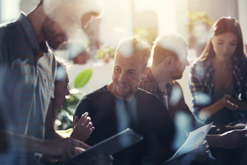 Hombres de negocios conectados en Internet con una tableta Concepto de compañía de lanzamiento Exposición doble imágenes de archivo libres de regalías