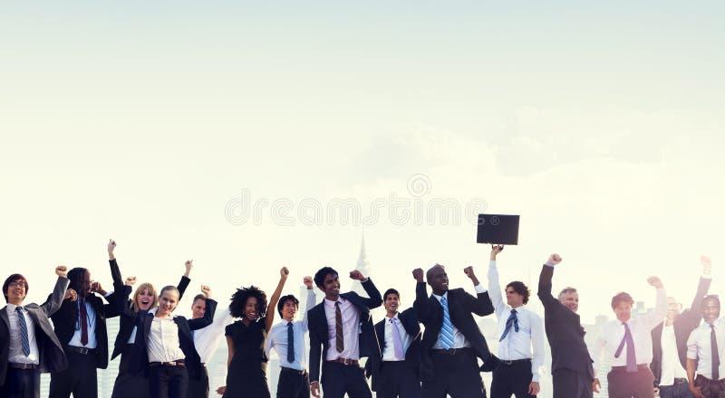 Hombres de negocios de la celebración del concepto corporativo del éxito imagenes de archivo