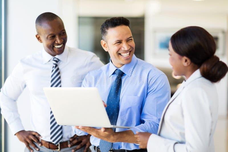 Hombres de negocios de la computadora portátil fotografía de archivo