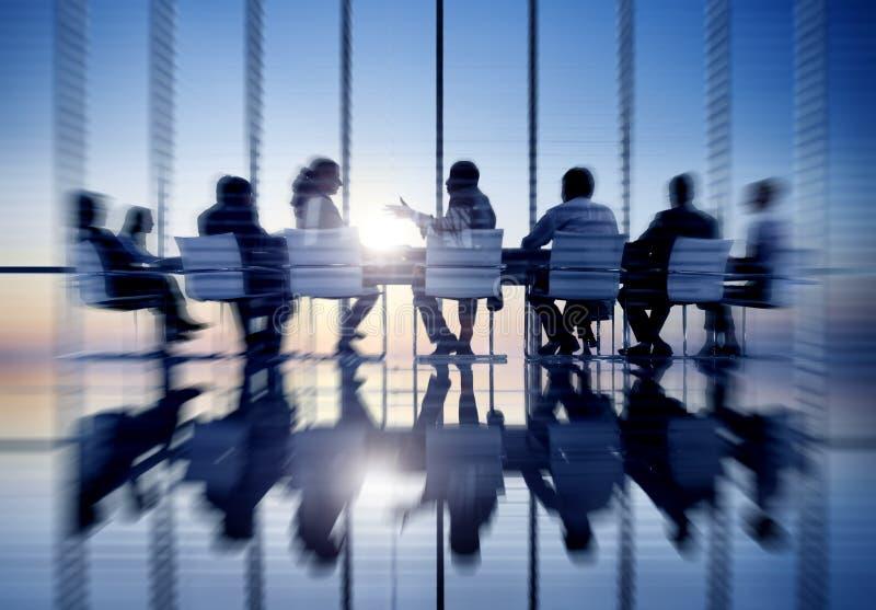 Hombres de negocios de la comunicación de la oficina de reunión del concepto de la sala fotos de archivo