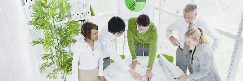Hombres de negocios de la comunicación del concepto de trabajo del planeamiento fotos de archivo