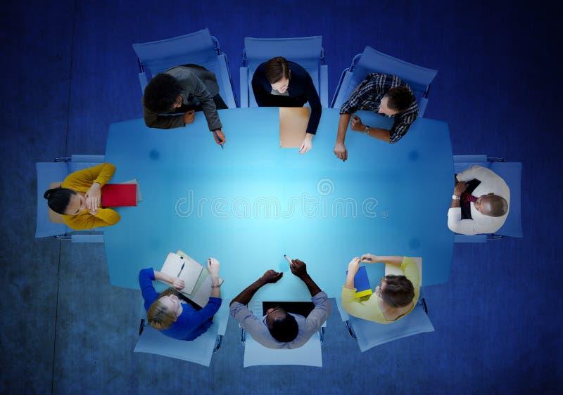 Hombres de negocios de la comunidad de la visión aérea de la reunión del concepto del trabajo en equipo imagen de archivo