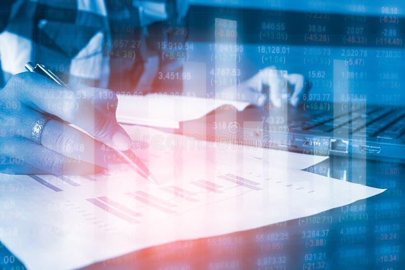 Hombres de negocios de la contabilidad financiera del análisis de la exposición doble imágenes de archivo libres de regalías