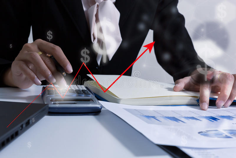 Hombres de negocios de la exposición doble que trabajan en la oficina Mercados de acción financieros o carta de negocio del fondo fotos de archivo