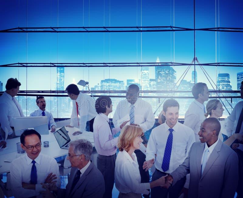 Hombres de negocios de la oficina del lugar de trabajo de la conversación Teamwo de la interacción fotografía de archivo