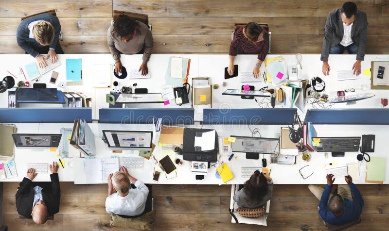 Hombres de negocios de la oficina que trabaja a Team Concept corporativo foto de archivo