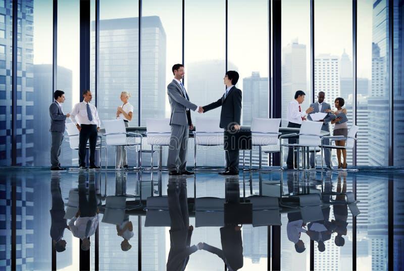 Hombres de negocios de la sala de juntas de la reunión de la comunicación Conce del apretón de manos fotografía de archivo libre de regalías