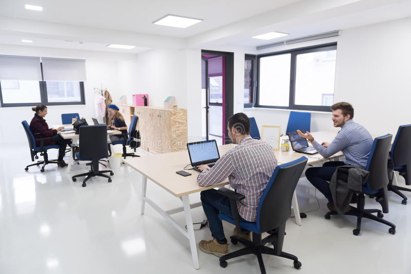Hombres de negocios de lanzamiento del grupo en la oficina imagen de archivo