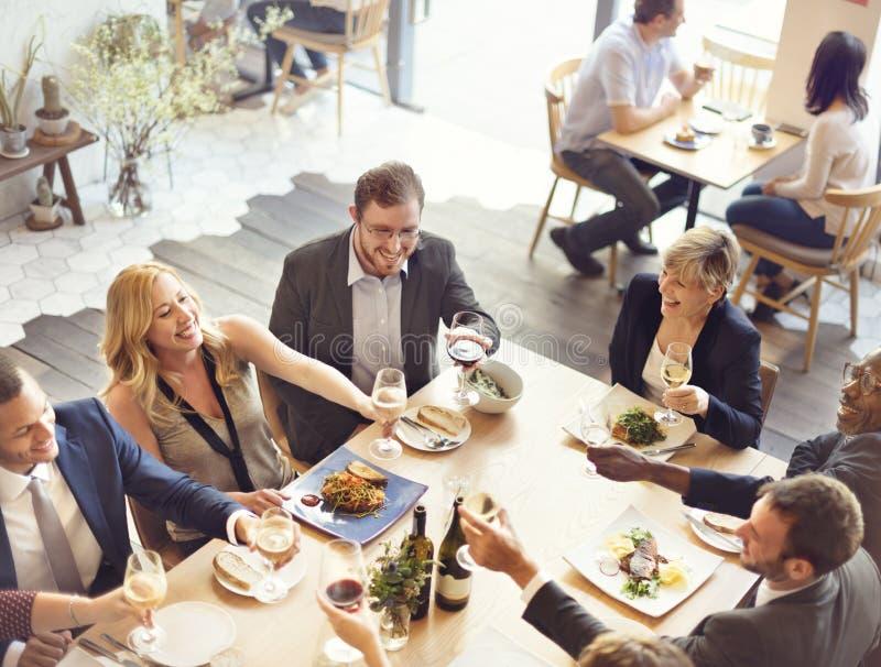 Hombres de negocios de las alegrías del partido que disfrutan de concepto de la comida fotos de archivo libres de regalías