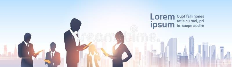 Hombres de negocios de las siluetas del grupo sobre red moderna del Social de la oficina del paisaje de la ciudad ilustración del vector