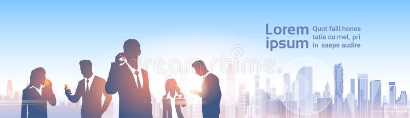 Hombres de negocios de las siluetas del grupo sobre red moderna del Social de la oficina del paisaje de la ciudad stock de ilustración