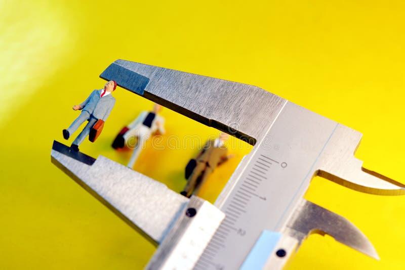 Hombres de negocios de medición imagenes de archivo