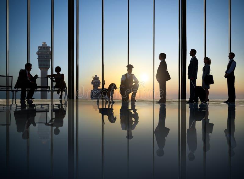Hombres de negocios de seguridad aeroportuaria del sistema del viaje del viaje de negocios fotos de archivo