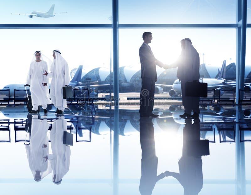 Hombres de negocios del apretón de manos del concepto corporativo del aeropuerto fotografía de archivo