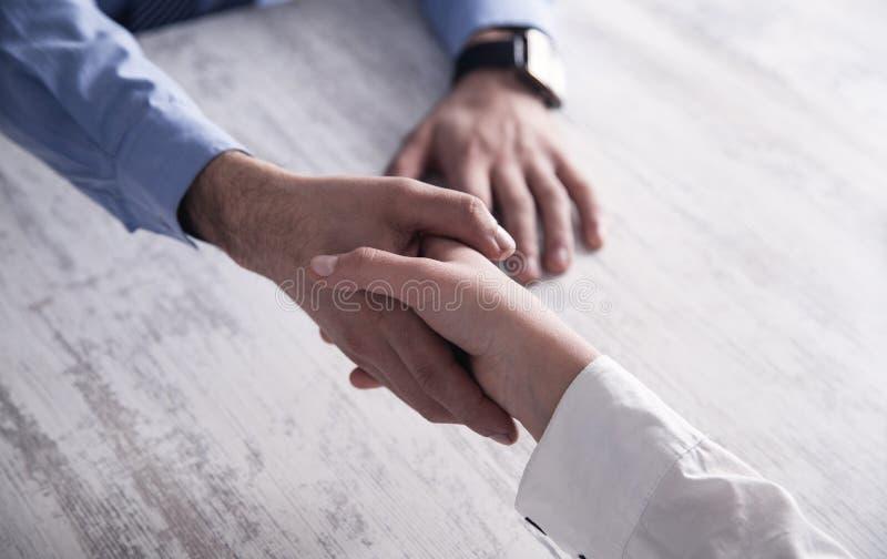 Hombres de negocios del apretón de manos Concepto del trato imagen de archivo