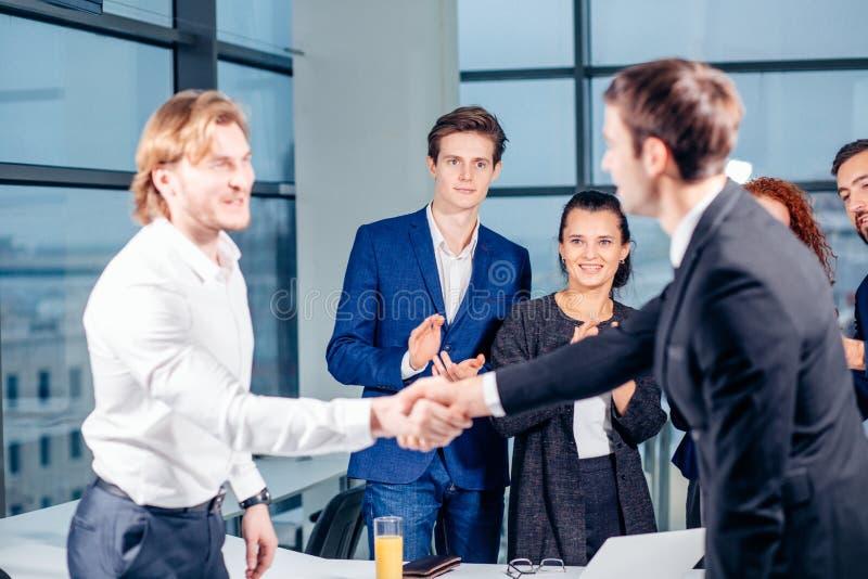 Hombres de negocios del apretón de manos del saludo del concepto del trato fotografía de archivo