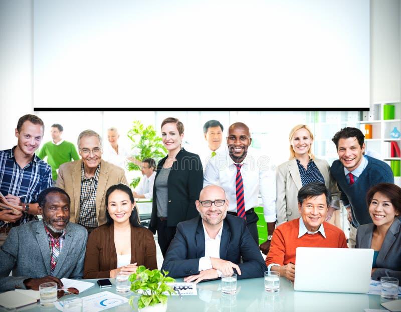 Hombres de negocios del concepto alegre de la cooperación casual imagen de archivo