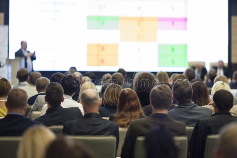 Hombres de negocios del concepto e ideas Grupo de personas grande en las cartas de observación de la presentación de la conferenc imagen de archivo libre de regalías