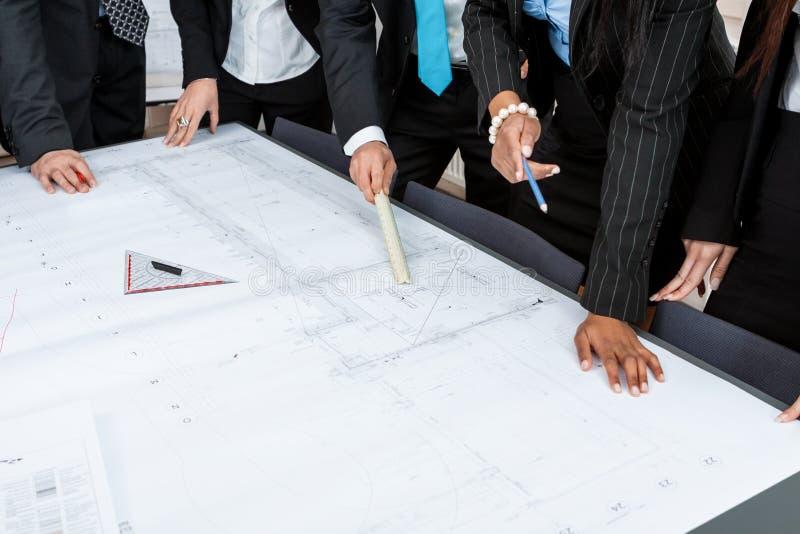 Hombres de negocios del equipo en plan de la presentación de la oficina fotos de archivo