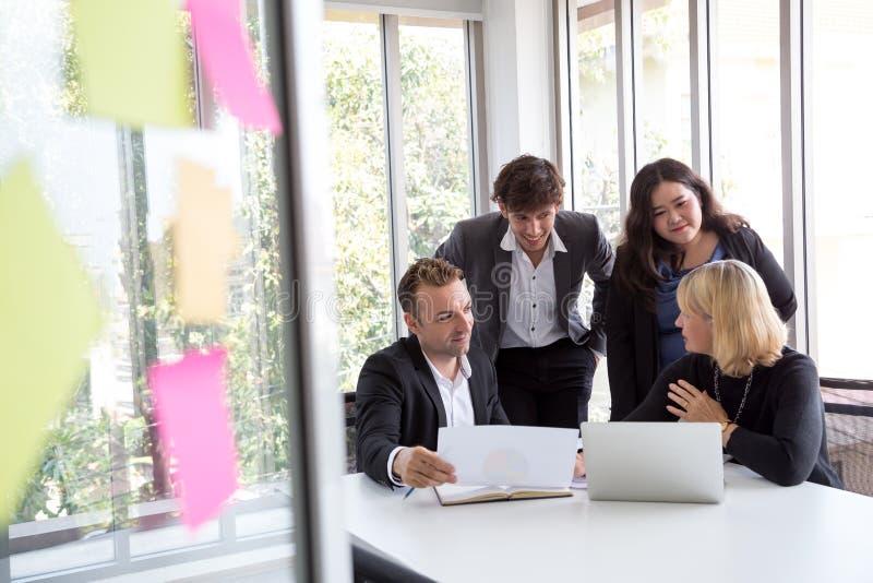 Hombres de negocios del equipo, informe y discusión de la reunión de nuevo plan El analizar con trabajo en equipo en proyecto en  fotos de archivo libres de regalías