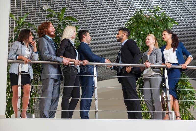 Hombres de negocios del grupo del gesto de Boss Hand Shake Welcome en la oficina moderna, empresarios Team Handshake imagen de archivo libre de regalías