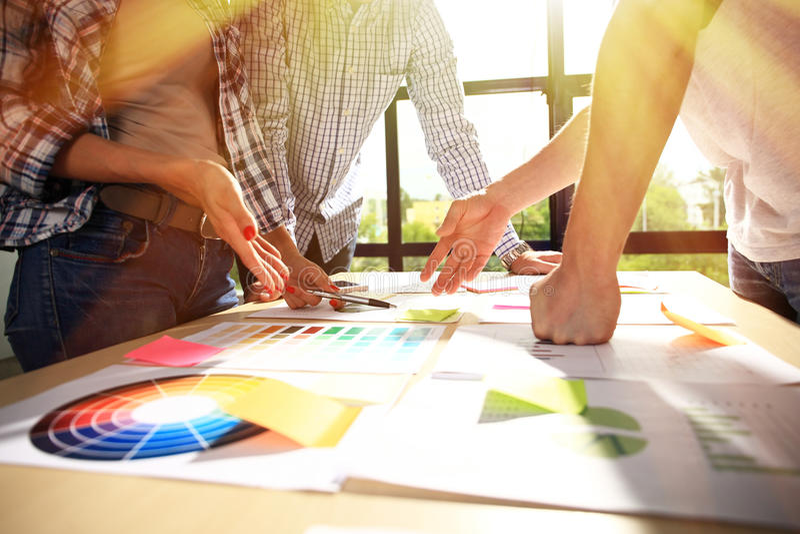 Hombres de negocios del intercambio de ideas de negocios del concepto diverso de la reunión fotografía de archivo libre de regalías