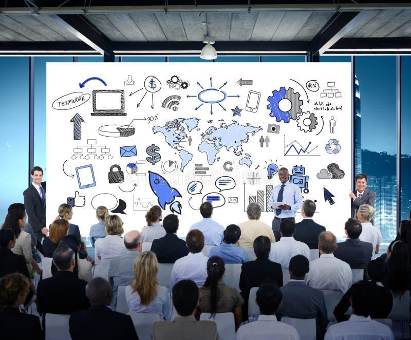Hombres de negocios del seminario de la conferencia de la oficina de la reunión que entrena a Conce imagenes de archivo