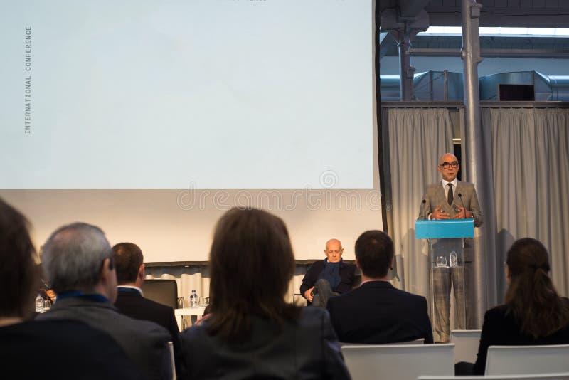 Hombres de negocios del seminario de la conferencia de la reunión del concepto de la presentación fotografía de archivo libre de regalías