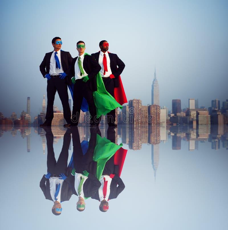 Hombres de negocios del super héroe delante de New York City fotografía de archivo libre de regalías