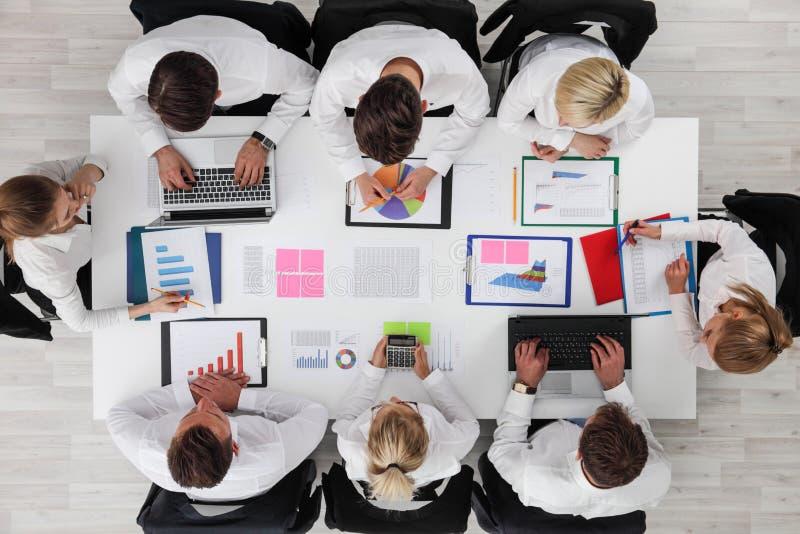 Hombres de negocios del trabajo con estadísticas foto de archivo libre de regalías