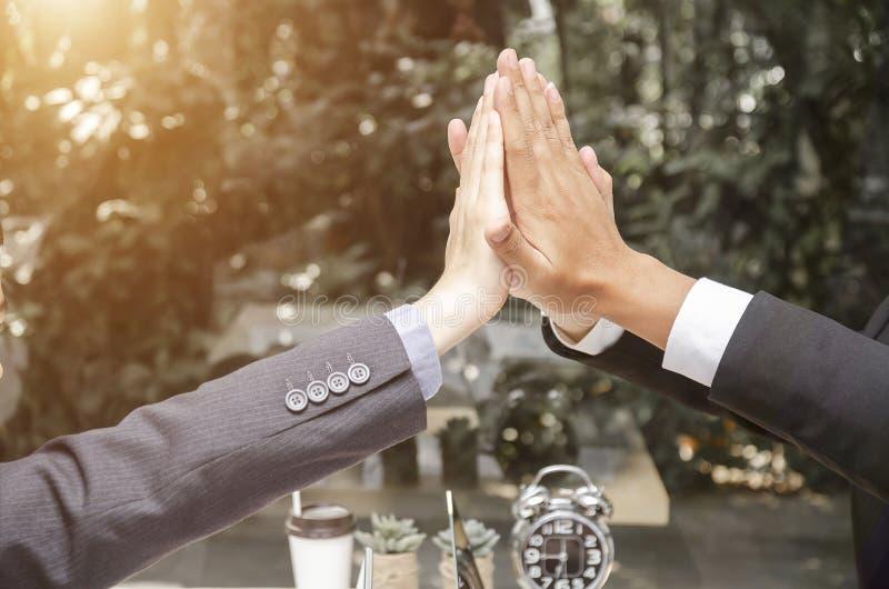 Hombres de negocios del trabajo feliz del equipo que muestra y donante de cinco después de firmar el acuerdo o el contrato con lo foto de archivo libre de regalías