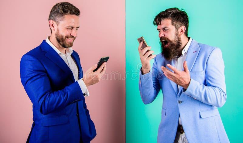 Hombres de negocios del uso de las tecnologías modernas de Internet para la comunicación Calidad móvil de la cobertura y de la co imagenes de archivo