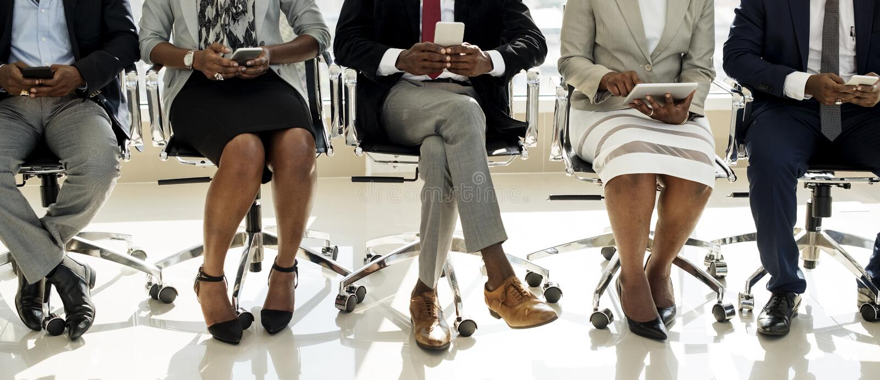 Hombres de negocios diversos del uso de los dispositivos de Digitaces fotos de archivo