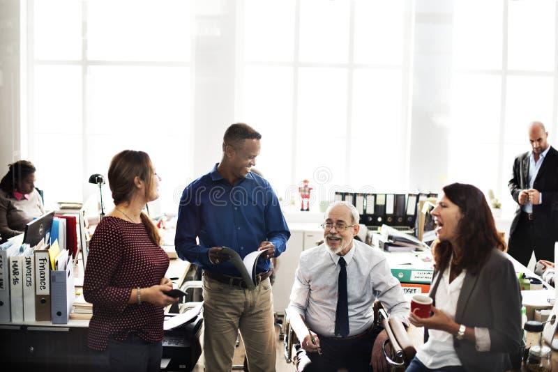 Hombres de negocios diversos que hablan ideas fotos de archivo