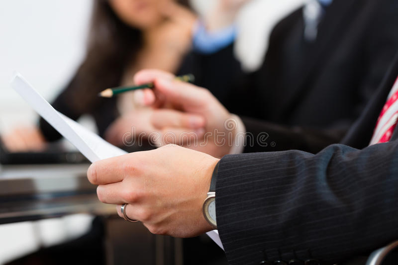 Hombres de negocios durante el encuentro en oficina imágenes de archivo libres de regalías
