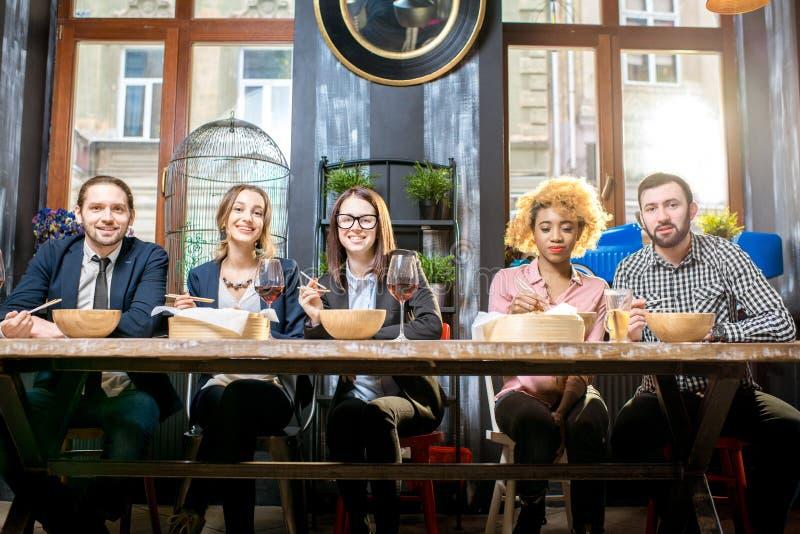 Hombres de negocios durante la cena en el restaurante imagenes de archivo